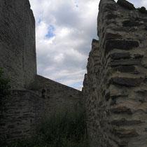 kleiner Zwinger vor der romanischen Schildmauer
