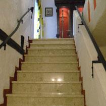 nicht ganz stilechte Treppe zu unserem Zimmer