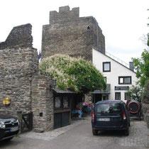 hinten unser Wohnturm mit Restaurantanbau