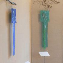 """Arbeiten von Nadja Hormisch: """"Blaue Energie"""" (2010), 84 x 26 cm, und """"Grüne Quelle"""" (2012), 88 x 25 cm; Freie Stickereien; Seide und Baumwolle (handgefärbt, -bemalt), versilbertes Metallgarn, Lapislazuli, Malachit"""