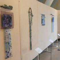 """Von links nach rechts: """"Wildes Stiefmütterchen"""" von Nadja Hormisch, """"AhrAufAhrAb"""" von Barbara May, """"St.Yves"""" von Birgit Rössler, """"Blaue Energie"""" und """"Grüne Quelle"""" von Nadja Hormisch"""