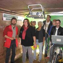 Sozialsenatorin Anja Stahmann besuchte den Tunnel und informierte sich bei Klaus Prietzel (LiF, links) über den schlechten Zustand der Innenstandverbindungen.