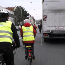 Münchener Straße: Gefahr durch z.T. in 2. Reihe parkende KFZ