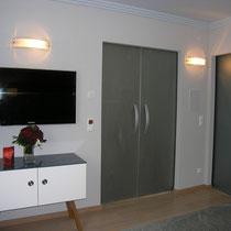 Sidebord  mit lackeriter Glasplatte Entwurf Ute Heyden