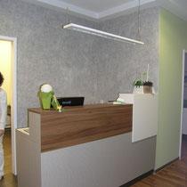 zweiter Empfangstresen in der Arztpraxis mit Struktirvlies im Hintergrund. Farbe: Anstrich hellgrau