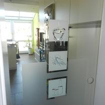 neue Glastür mit Kaffee Design zur Küche weitet den Blick