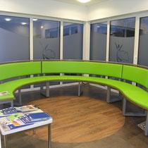 runde Sitzbank im Wartezimmer, Entwurf Ute Heyden, Sondreanfergiung Schlosser Farbe: grüne Sitzfläche