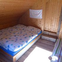 Das kleinere Bett das zwei Kinder aber nur einem Erwachsenen Platz bietet.
