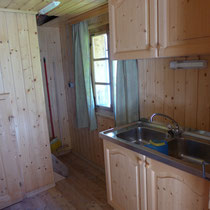 Vorbei an der Abwasch (gegenüber ist das WC und der Waschraum mit Dusche) geht es nach oben.