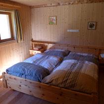 Das Doppelzimmer ist im hintern Teil der Hütte.