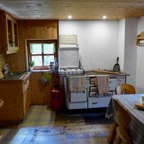 Die Küche mit Gas- sowie Holzherd.