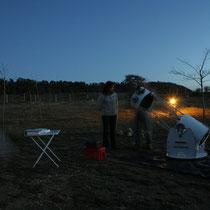 Plantada de telescopios, aún no habian apagado las luces del camping.