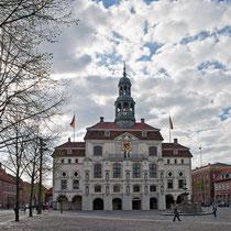 Rathaus und Lunabrunnen in Lüneburg