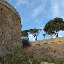 Blick hinauf zu den Mauern