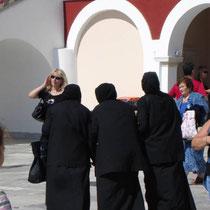 Tinos: Nonnen vor der Panagia Evangelistria