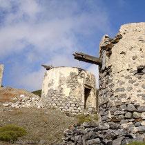 Karpathos: Windmühlen über den Gärten von Olymbos