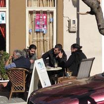 Überall sitzen die Männer und genießen die Sonne