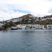 In der Hafenbucht von Gialos