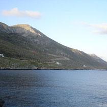 Die Küste von Amorgos, oben Agios Mamas