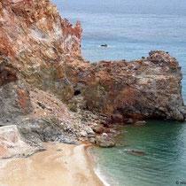 Und der Strand, eingefasst von tollen Felsen
