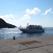 Ein Ausflugsschiff