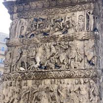 Reliefs im Bogeninneren