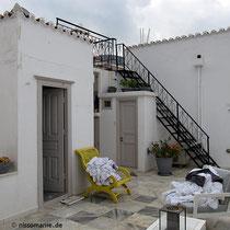 Die untere Terrasse und die Treppe aufs Dach