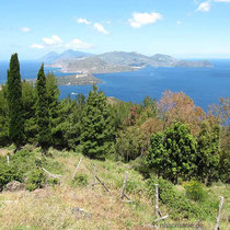 Blick vom Capo Grillo auf Vulcanello, Lipari und Salina