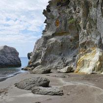Ein gelber Klecks im Felsen
