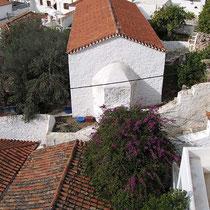 Blick auf die Kapelle unterhalb des Hydra Icons