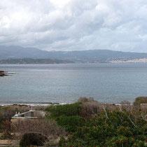 Blick über den Strand und die Bucht nach Sitia...