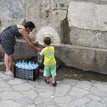 Eine Kiste Mineralwasser parakalo