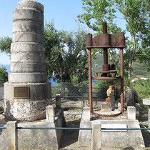 Der kleine Obelisk neben der Presse