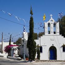 Die geschmückte Kirche an der Straße