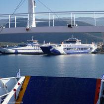 Fähren im Hafen von Skala Prinou