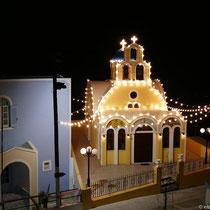 Beleuchtete Kapelle in Firostefani