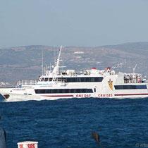 Schaukelndes Ausflugsschiff
