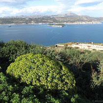Blick über die Souda-Bucht und -Insel nach Akrotiri