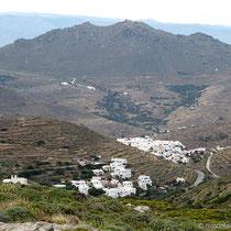 Blick nach Westen auf Pyrgos, im Hintergrund Andros