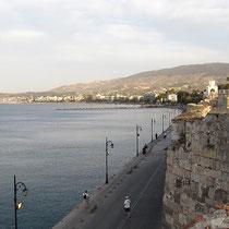 Der Strand mit der Marina im Hintergrund