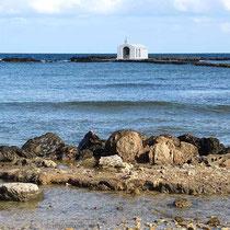 Die Kapelle Agios Nikolaos draußen im Meer