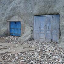 Bootshäuser im Fels gibt es auch in Psathi