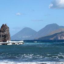 Der Faraglione am Poro di Ponente - Salinas Doppelgipfel im Hintergrund