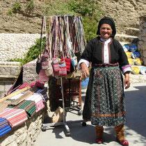 Karpathos: Kräuterverkäuferin in Tracht in Olymbos