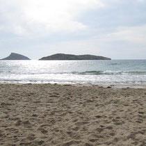 Am Strand von Agathopes mit Blick auf die vorgelagerten Felseninseln