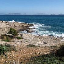 Ufer mit Sicht auf Dokos, Hydra und Trikeri
