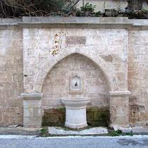 Brunnen gegenüber des Eingangs