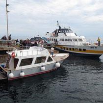 Kleines Ausflugsschiff trifft Aliscafo