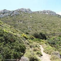 Unter dem Felsenkamm führt der Weg....