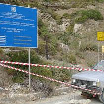 Karpathos: Bauschild Straße Olymbos-Spoa (man beachte die Befestigung des Baustellenbandes!)